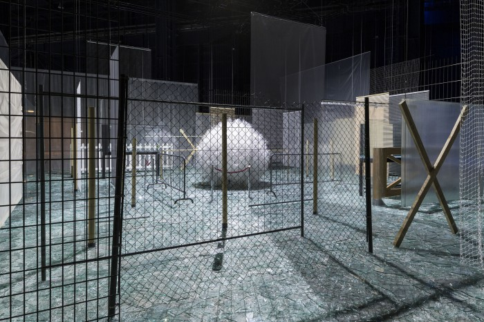 Através, 1983-1989 Installation view at Fondazione HangarBicocca, 2014 Foto/Photo Agostino Osio Courtesy Fondazione HangarBicocca, Milan; Cildo Meireles